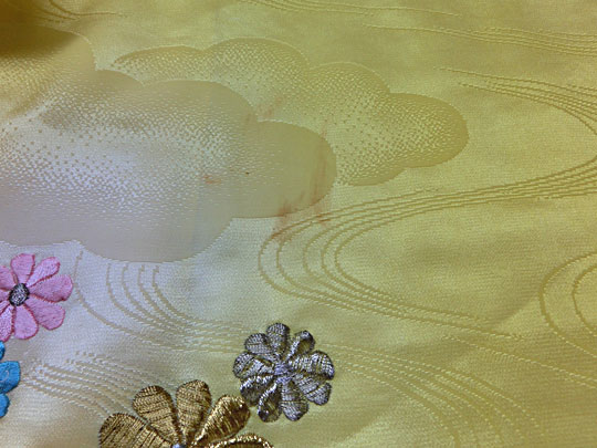 黄色いアセテート祝い着の黄褐変のシミ